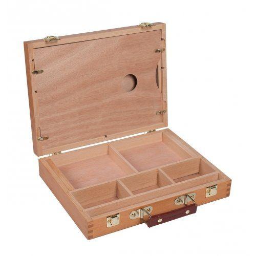 Lege schilderskist.   Uitvoering van blank gelakt hout.   Met leren handvat en 2 sluitingen aan de voorkant.   2 grote vakken maat 13.5 x 12.5 x 2cm, 3 kleinere vakjes maat 10 x 5.5 x 4cm en een lang vakje voor de penselen maat 30 x 2 x 2.5cm.   Maat van het hele kistje gesloten: 32 x 24 x 7cm.   Inclusief een houten palet in de deksel, hier is ook nog plaats voor bijvoorbeeld een tekenblok of canvasboard.