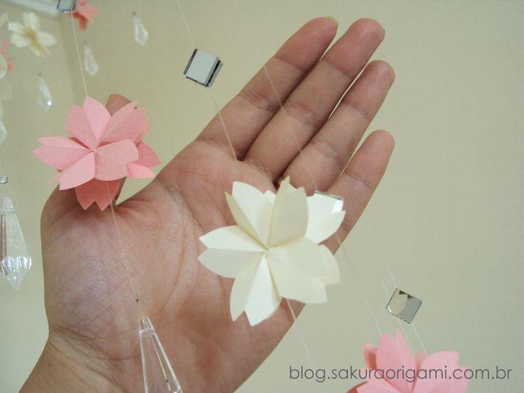 Móbile com flores de sakura - Sakura Origami Ateliê http://blog.sakuraorigami.com.br/2015/02/mobile-com-flores-de-sakura-para.html