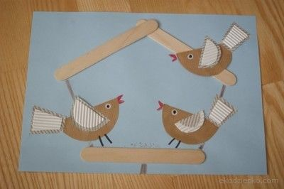 Ptaki zimą w karmniku. Gazeta, szary papier, patyczki kreatywne.