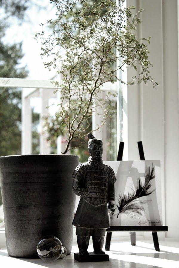 kinesisk figur, detalj, sophora, grön växt, burspråk, vitt fönster, spröjs, konsttryck, svart och vitt, svartvita detaljer, i fönstret, fönster, svart kruka, krukor, glödlampa,