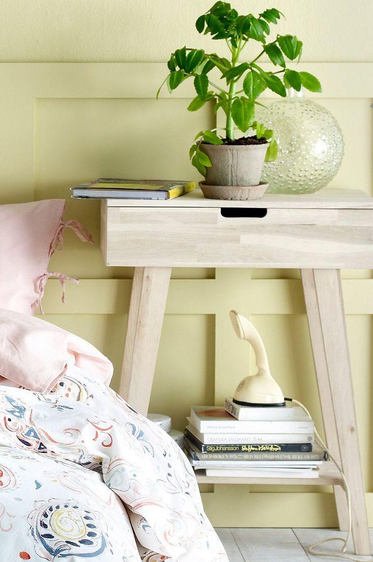 Byrå/sängbord av obehandlad ek. En låda med lådstopp. Höjd 80 cm. Djup 30 cm. Bredd 60 cm. Lev. omonterad.