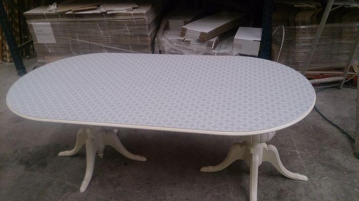 Mesa pintada en blanco roto  Tablero con papel pintado efecto mosaico