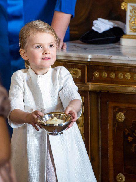 Prinzessin Victoria + Prinz Daniel: 11. Oktober 2015 Beim anschließenden Empfang auf Schloss Drottningholm beweist sich Estelle als gute Gastgeberin.