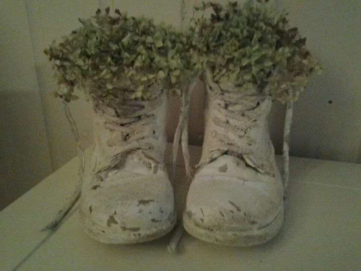 oude schoenen bewerken met muurvuller of beton leuk als bloembak