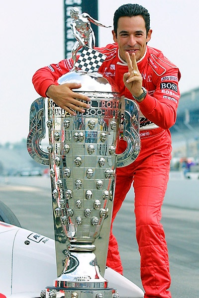 Helio Castoneves with the Borg-Warner trophy after his second victory. Indianapolis 2002.