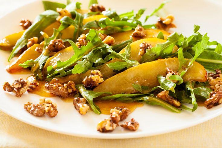 Теплый салат с грушей, рукколой и голубым сыром. Орехи заменить на кунжут