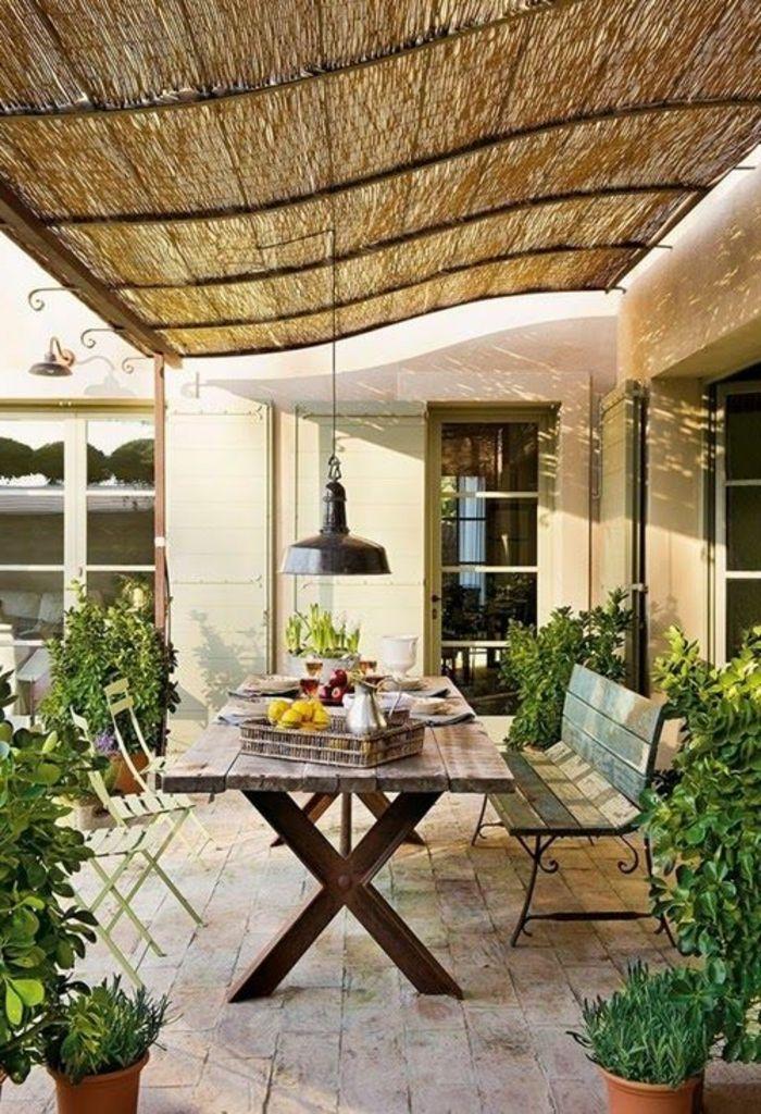 Interessante Terrasse Mit Einem Hölzernen Tisch Und Einer Sitzbank