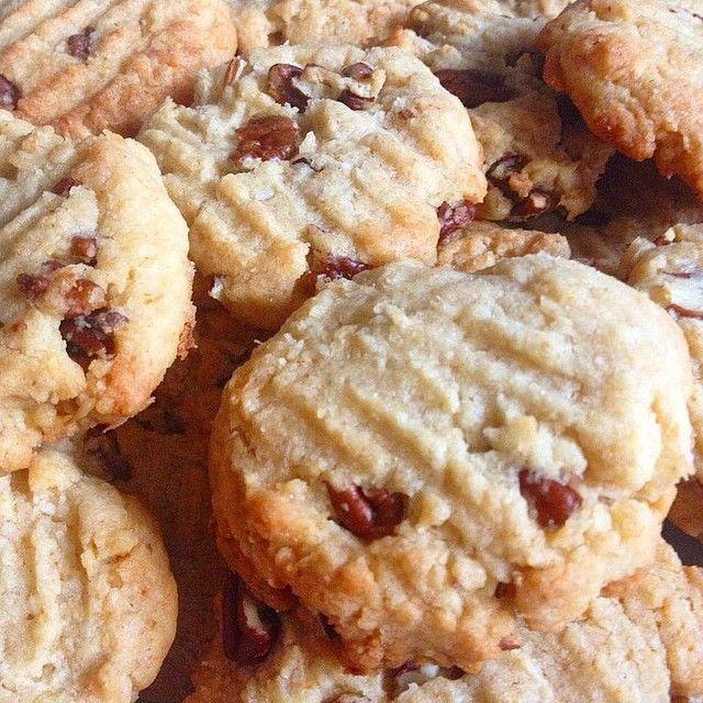 Biscuits miel, pécans et coco (sans œufs)  60 gr de cassonade 120 gr de beurre mou 180 gr de farine 1/2 càc de bicarbonate alimentaire 1 pincée de sel 1 càc de vanille liquide 3 càs de miel 50 gr de noix de coco 100 gr de noix de pécans