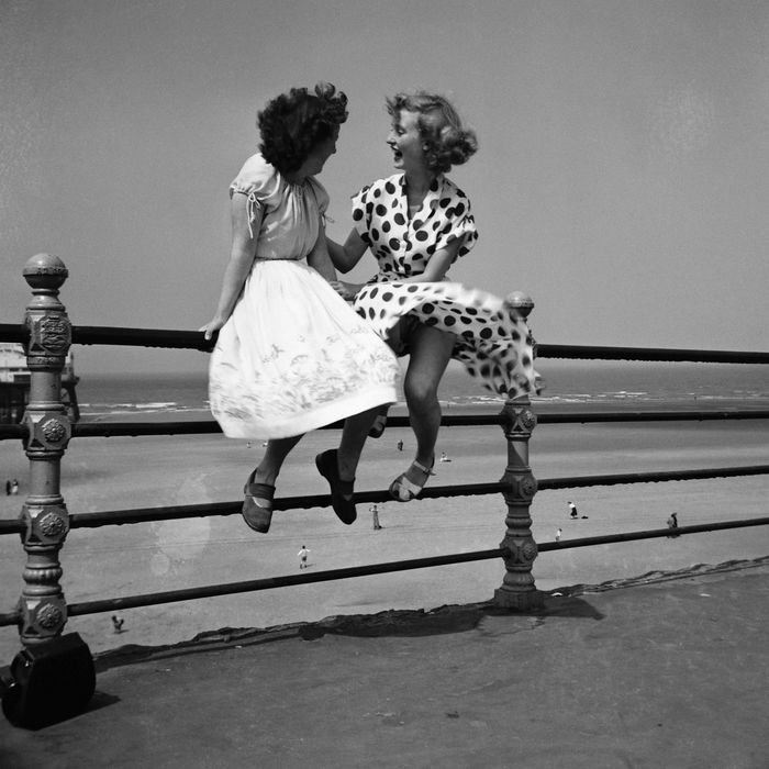 Maidens in waiting, Blackpool. Bert Hardy's iconic image (1951)