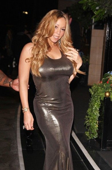 Mariah Carey Photos Photos - Singer Mariah Carey seen carrying a toy sheep and greeting waiting fans while leaving the Dorchester Hotel in London. - Singer Mariah Carey seen carrying a toy sheep and greeting waiting fans while leaving the Dorchester Hotel in London