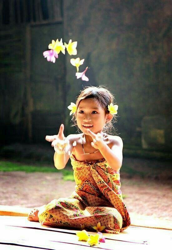 Ты знаешь сколько дней новорожденный балийский ребенок не должен касаться земли? 210 дней!!! Так уж принято на острове Бали. Младенец считается полубогом, перевоплощением одного из предков, и лишь после того, как ступит на землю, он становится человеком в полном смысле слова. ______________________________ Contact us / забронировать уроки www.windysunbalisurfschool.com windysun@surfersbali.com WhatsApp / Viber +6281936126701 _________________________________ #windysun #surfschool #begi...