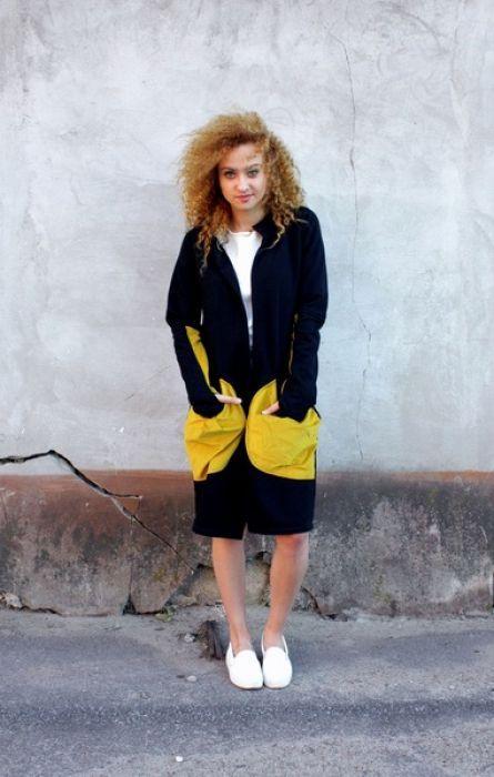 Wygodna i oryginalna bluza/wdzianko, wykonana z wysokiej jakości czarnej dzianiny bawełnianej, dodatki z żółtego sztruksu. Należy prać w niskiej temperaturze do 40 stopni na lewej stronie.  (Kolor rzeczywisty może różnić się nieznacznie od przedstawionego na zdjęciu.)