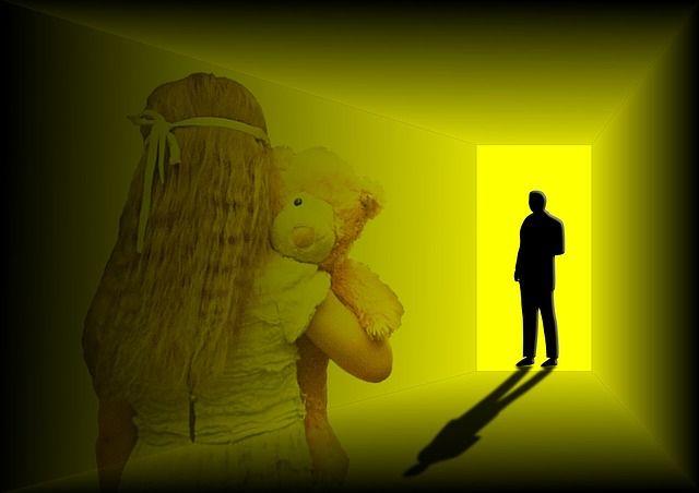 Când un părinte alege să-şi crească copilul cu iubire și unul cu bătaie, e trist. E o muncă de sifif. E mângâierea unuia peste palma altuia. E vindecarea încercată de un părinte aranii făcută de celălalt. E ca și cum unul dintre părinți i-ar fi prieten, iar celalalt dușman. Despre violenta asupra copiilor si despre iubirea fara durere...