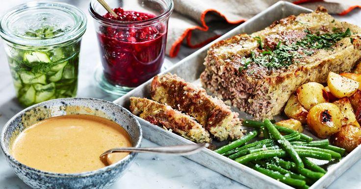 Saftig och smakrik köttfärslimpa med bacon och härligt krämig gräddsås. Får du något över från middagen är köttfärslimpan en höjdare att lägga på mackan dagen efter!