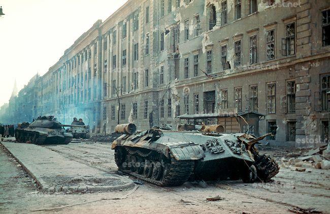 UNGARN, 10.1956.Budapest, IX. Bezirk.Ungarn-Aufstand / Hungarian uprising 23.10.-04.11.1956:.Zerstoerte sowjetische T-54-Panzer vor der schw...