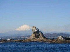 神奈川県の茅ヶ崎市にある烏帽子岩に行ってみてください 烏帽子岩は茅ヶ崎の海岸から約1km沖合に浮かぶ岩礁で正式名称は姥島といいます 烏帽子に似ていることからこう呼ばれています バックには富士山が重なりなんとも絵になります tags[神奈川県]