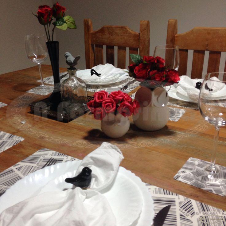 Mesa decorada preto e branco com porta guardanapo p ssaros for Decorar casa karma