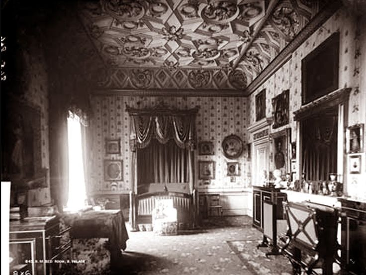 Inside Buckingham Palace The Queens Bedroom queen victoria's bedroom ...