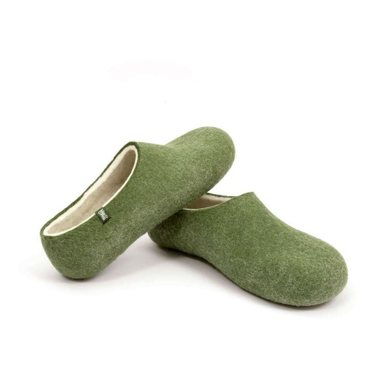 The naturally white, organic wool is surrounded by beautifully dyed wool resulting in our finest pair of felted slippers. #men #woolen #clogs