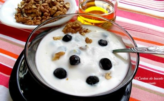 Mic dejun cu iaurt, nuci si afine