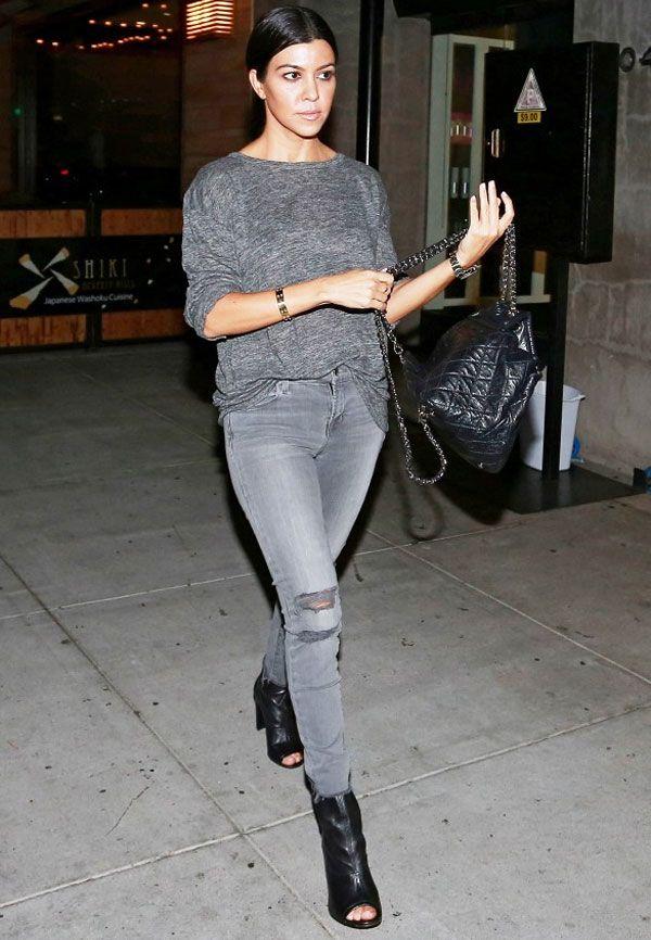 Look de Kourtney Kardashian com calça jeans + tricot.