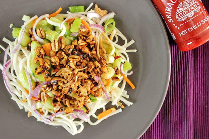 Recept met noedels: groenten gewokt in knoflook & gember. Geroosterde pinda's gebakken in ketjap & scherpe peper. Maak snel kennis met dit gerecht!