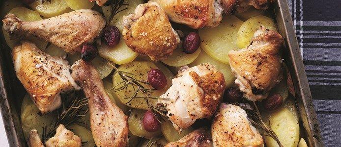 Kylling på en bund af kartofler med rosmarin og citron