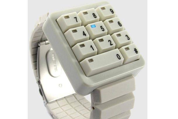 まるでパソコンのキーボードを切り取ったような、キートップのみのこの腕時計。「え、これどうやって時間みるの?」って思いません?答え...
