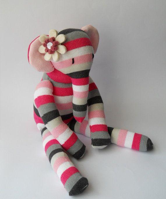 Peluche elefante sock doll animal, criatura de calcetín, escultura de blanda hecha de calcetines,  Ellerina es un muñeco precioso elefante de peluche grande. Ella hayan sido cosida con cariño de nuevo calcetines de la rodilla alta. Ella ha bordado ojos y cuenta con una flor de fieltro cosidas por su oído. Ella se rellena con nuevo relleno de fibra hueca y las medidas aproximadamente 14 pulgadas de alto al estar de pie y 8 pulgadas de altura cuando se está sentado.  Como con todas las…