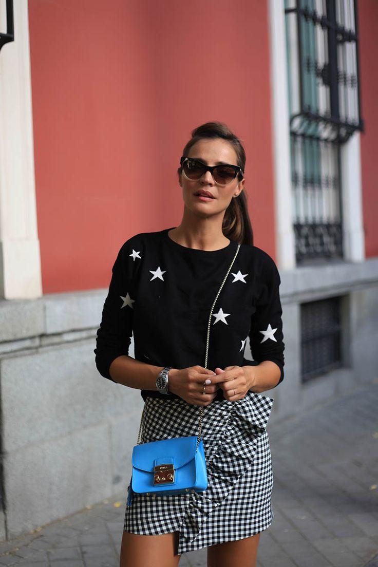 Siguen con nosotros las estrellas que estarán en ropa y complementos ❇❇❇❇Combinar como en este look con falda de volante lateral y cuadro vichy es una mezcla que asegura triunfo.....El toque de color lo dejamos al complemento con en este caso el bolso en azul.....Bellísimoooooo