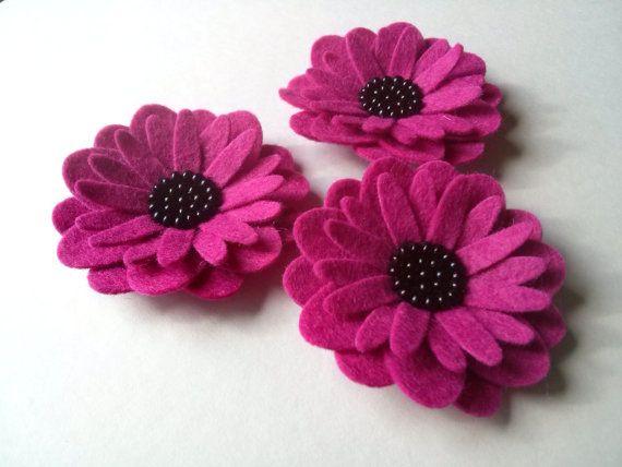 Magenta flower brooch / gerbera felt flower brooch/ por DusiCrafts