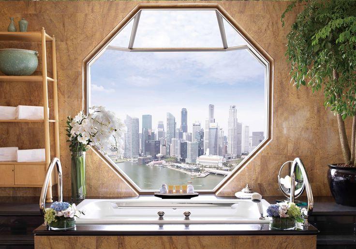 八角形の大きな窓があるバスルームは世界一セクシーと称されるほど眼下に広がるシンガポールの町並みをゆったりと見下ろせます。