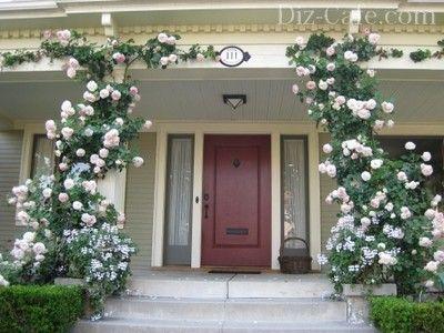 Колонны с цветами - нарядное украшение парадного входа