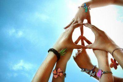 Peace and Love - symbole de paix et de reconnaissance dans les années 1960 par les hippies (contestataires pacifiques contre la guerre du Vietnam).  Inventé par le graphiste britannique Gerald HOLTOM lors d'une manifestation contre une usine d'armement nucléaire (langage sémaphore utilisé dans la marine britannique : N et D pour Nuclear Disarmament).  Pour certains, le signe dans le cercle évoque une rune de l'alphabet Futhark.  Repris dans les années 1970 par le mouvement hippie.