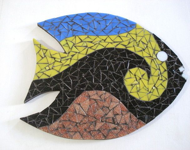 Base MDF, trabalho em mosaico com pastilhas de vidro. <br>Dimensões: 23cm diâmetro