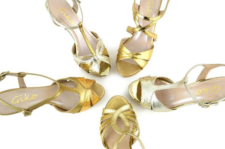 Sandalias doradas de la nueva colección Primavera-Verano 2016