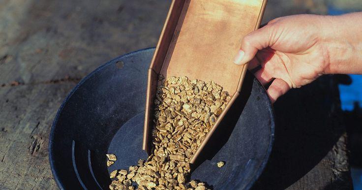 Dicas e truques para encontrar pepitas de ouro. Um detector de metais é um dispositivo utilizado para encontrar ouro e outros metais enterrados no solo e na areia. Procurar por ouro com um detector é um hobby para algumas pessoas, mas também pode ser rentável. Há truques usados por caçadores de ouro que podem ser utilizados para ajudá-lo em sua busca.