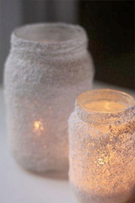 Voor de donkere dagen die eraan komen,   lijm enkele glazen bokaaltjes in en rol ze in zout.   Meer moet dat niet zijn!