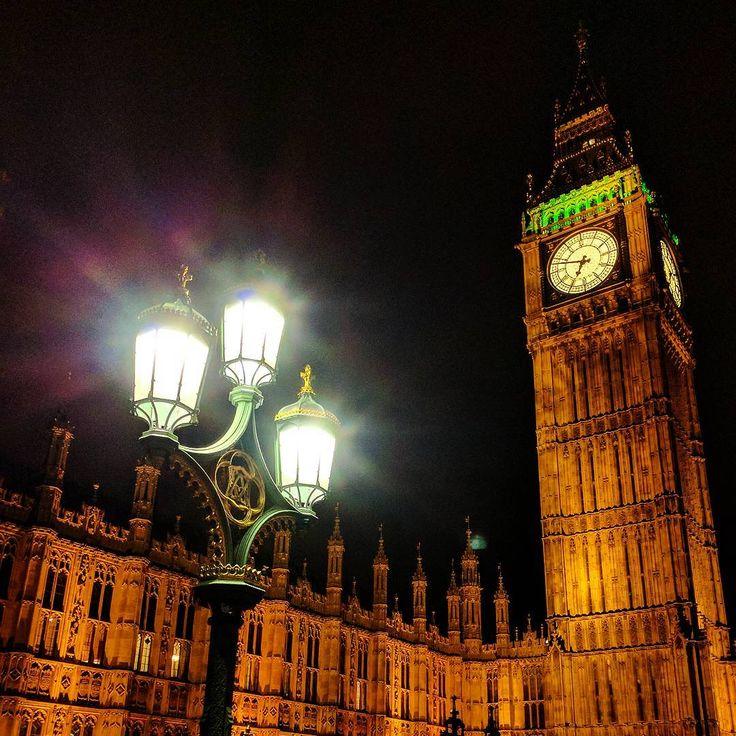 """その価値は100万ドル以上?思わずため息が漏れる""""世界の美しすぎる夜景""""20選  イギリスにある「ビッグ・ベン」です。今は国会議事堂として使用されているウェストミンスター宮殿と、それに併設されているビッグ・ベンという2つのロンドンを代表する観光スポットが夜には暖色系の色にライトアップされ、美しい夜景を見ることができます。"""