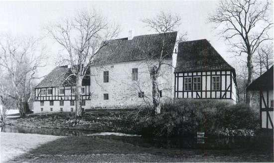 De allerfleste adelige boede langt mere beskedent end admiralen på Glimmingehus. Billedet viser Østrupgård på Fyn. Det lille stenhus i midten er fra ca. 1500. Det var da lavere, idet huset blev forhøjet med ca. to m i 1572. Bindingsværkslængerne er senere, sandsynligvis fra omkring 1710. De fleste adelige har ikke haft stenhuse, men kun store bondegårde af bulværk eller bindingsværk. Kun få er bevaret, mange blev ødelagt under bønders og borgeres opstande, andre blev sløjfet i forbindelse…