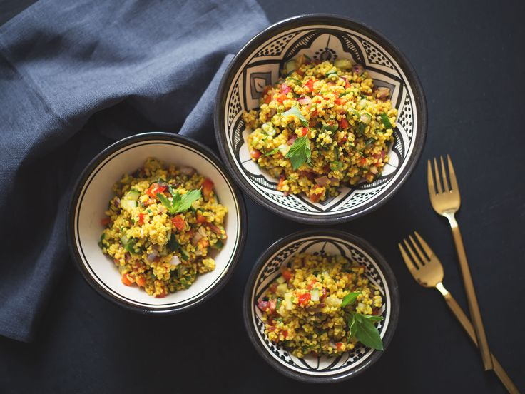Kisir ist ein simpler, geschmacklich jedoch facettenreicher Klassiker der türkischen Küche. Hirse anstelle von Bulgur als ebenso leckere wie glutenfreie Alternative verwenden!