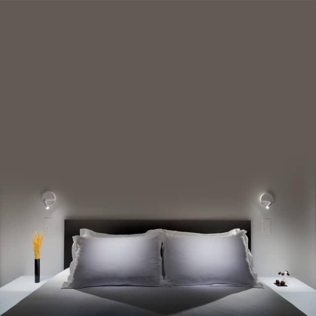 Die Ledtube R Wandleuchte ist ein pfiffiges kleines Teil. Das minimalistische Design wird ergänzt durch hohe Funktionalität und macht das Stück zu einer perfekten Leseleuchte. An der runden Wandhalterung fügt sich ein zylinder ganz organisch ein, an dessen Ende das LED Leuchtmittel integriert ist. Der Zylinder ist dreh- und schwenkbar und erlaubt, dass das Licht an die gewünschte Stelle gelenkt wird. Der Schalter ist Teil des Mechanismus: Das Licht schaltet sich an, wenn der Leuchtstab…