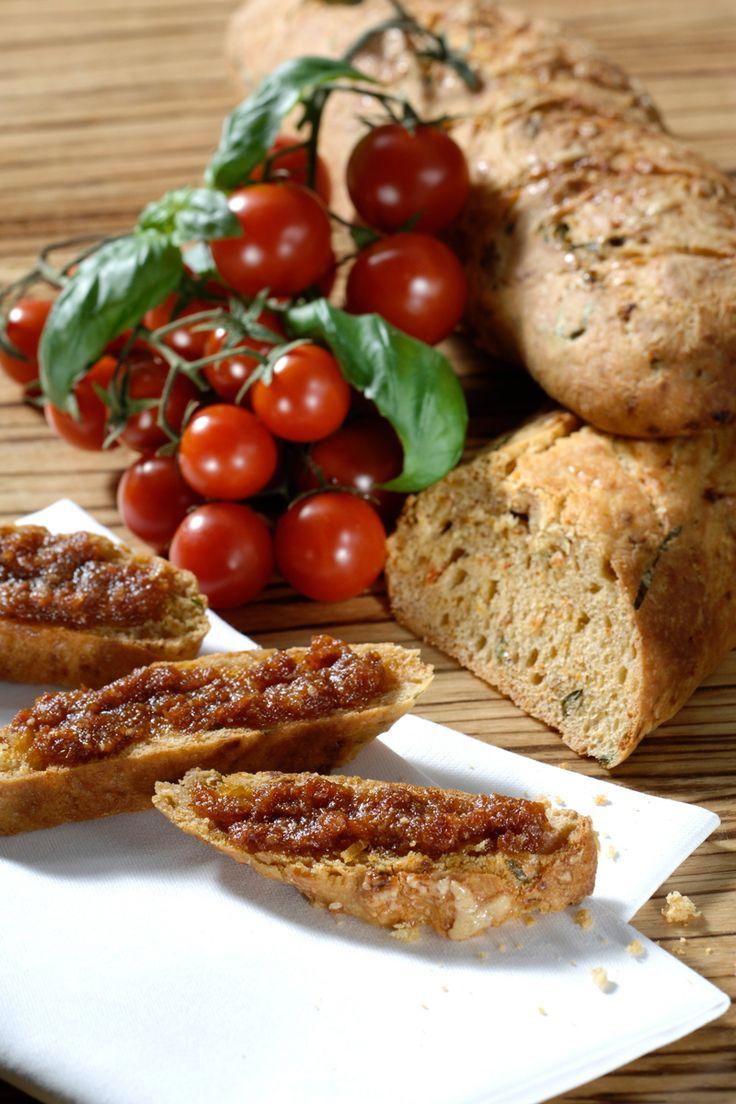 Selbstgemachtes italienisches Tomaten-Ciabatta mit frischer Pesto.