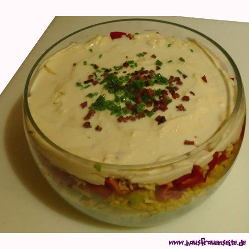 Schichtsalat mit Eisbergsalat, Bacon und Äpfeln