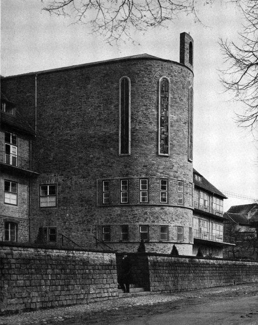 Extension to Herz Jesu Hospital (1927-29) in Lindlar, Germany, by Dominikus Böhm                                                                                                                                                                                 Más