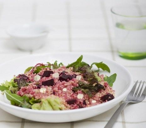Quinoasalade met gemarineerde bietjes feta en rucola | Prachtig rood en o zo lekker.  #recept #salade #vegetarisch #flexitarier