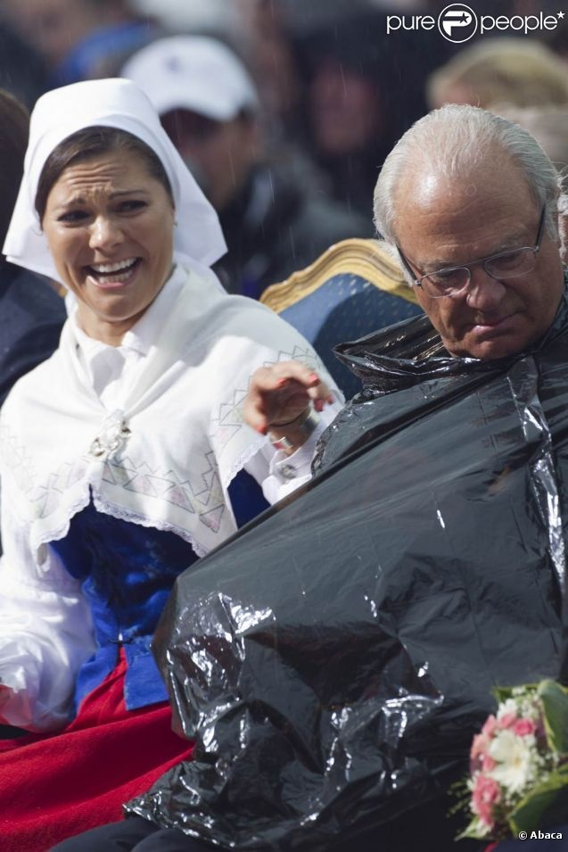 I really like a royal family that doesn't take themselves too seriously. Yes that is the King of Sweden putting on a trash bag and the Princess of Sweden laughing at him.