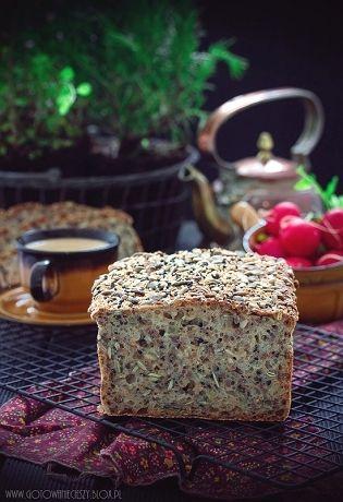 Wieloziarnisty (drożdże).   * 500 g mąki pszennej tortowej (typ 450) * 500 ml ciepłej wody (ok. 40-45 stopni) * 25 g świeżych drożdży * 1/2 szklanki otrąb pszennych * 4 pełne łyżki nasion dyni * 3 pełne łyżki nasion słonecznika * 3 pełne łyżki siemienia lnianego * 2 pełne łyżki sezamu (ja dałam pół na pół zwykły z czarnym) * 1 pełna łyżka cukru * 1 płaska łyżka soli