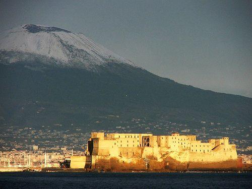 Napoli - Castel dell'Ovo e sullo sfondo il Vesuvio innevato.