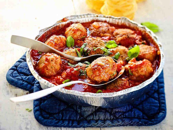 Lihapullat kypsyvät vaivattomasti uunissa, ja paistoaikakin on vain parikymmentä minuuttia. Tomaattikastike tuo makua lihapulla-ateriaan.